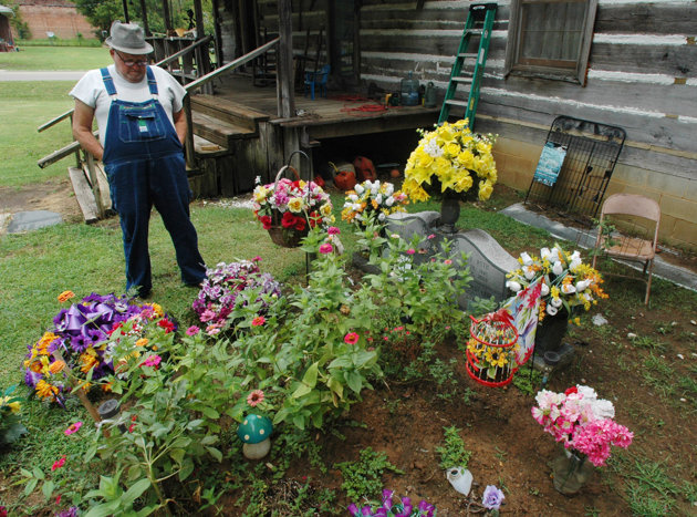 Alabama-man-fights-to-keep-wife-buried-in-front-yard